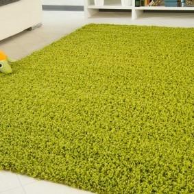 Зеленый ковер с длинным ворсом