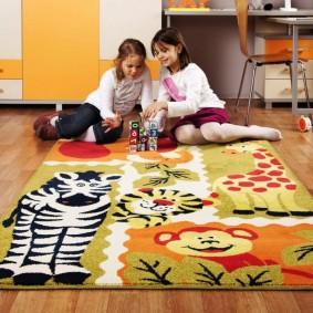 Красивый коврик в комнате для девочек