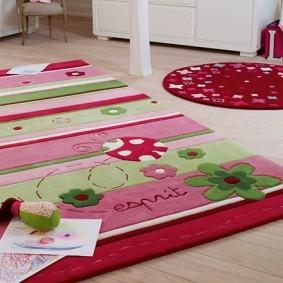 Круглый и квадратный коврики на полу детской