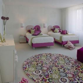 Детские кроватки в спальне девочек