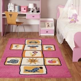 Детская кроватка с розовыми спинками