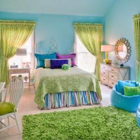 Зеленый ковер в спальне с голубыми стенами