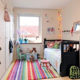 Яркий коврик в современной детской