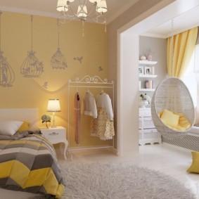 Желтая подушка на полу комнаты для девочки