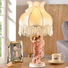 Стильная настольная лампа в спальне подростка