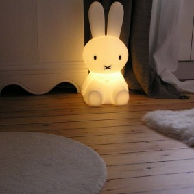 Пластиковый заяц со встроенной подсветкой