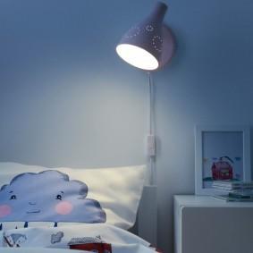 Настенная лампа над детской кроватью