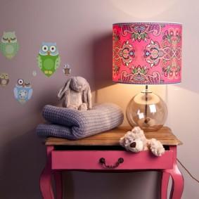 Розовый столик с выдвижным ящиком