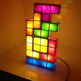 Нестандартный светильник из цветных кубиков