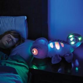 Спящий ребенок в уютной спальне