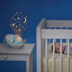 Детская мебель на фоне синей стены