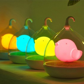 Светящиеся птички под стеклянными колпаками
