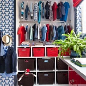 Стеллажная конструкция внутри детского гардероба