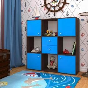 Стеллаж с голубыми фасадами в комнате мальчика
