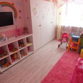 Розовый ковер в комнате девочки