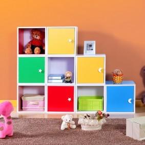 Разноцветный дверцы на детской мебели