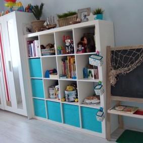 Компактная мебель в комнате мальчика