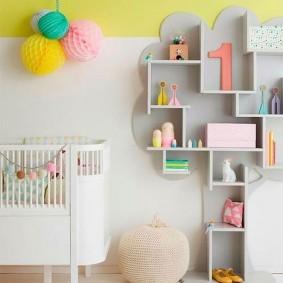 Настенный стеллаж в комнате новорожденного