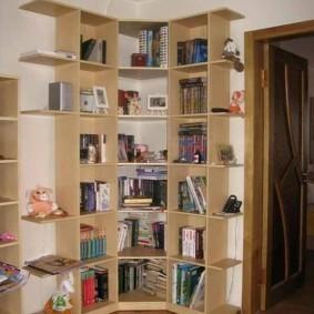 Угловой стеллаж в детской двухкомнатной квартиры