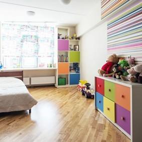 Полосатые стены в узкой комнате