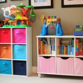 Детские игрушки на верхней панели стеллажей