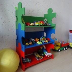 Детские машинки на полках стеллажа-конструктора
