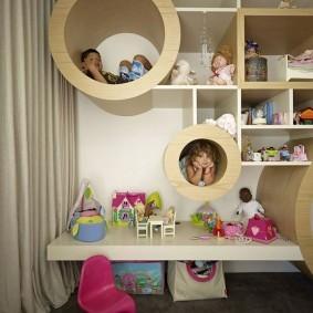 Детские игрушки на подвесном столике