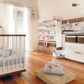 Ламинированный пол в комнате для младенца