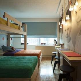 Разноцветные одеяла на детских кроватях