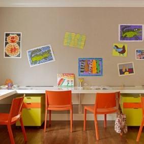 Оранжевые стульчики в детской комнате