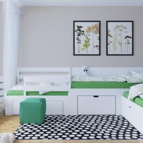 Черно-белый коврик перед детскими кроватями