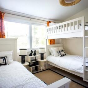 Яркие шторы в белой спальне