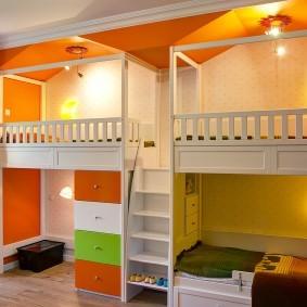 Встроенные кровати вдоль стены детской комнаты