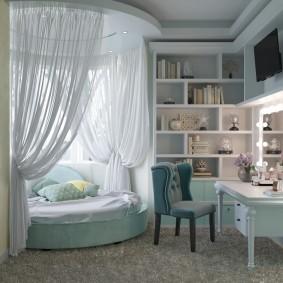 Круглая кровать в эркере детской комнаты