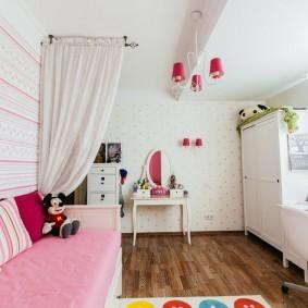Узкий диванчик с розовым сидением