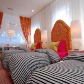 Полосатые одеяла на детских кроватях