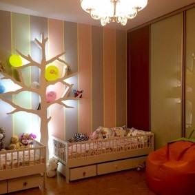 Полка-дерево вместо ночника в детской спальне