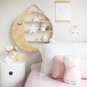 Полка из фанеры над кроватью девочки