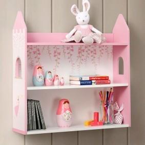 Матрешки на розовой полочке в комнате девочки