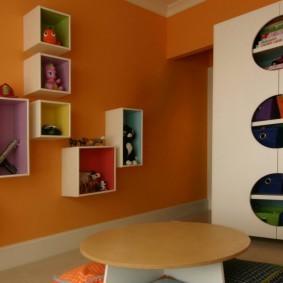 Квадратные полки на оранжевой стене
