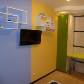 Телевизор на стене детской комнаты