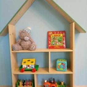 Детская полка-домик на полу комнаты