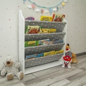 Узкая полочка с книжками для маленького ребенка