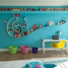 Полки для книг на акцентной стене голубого цвета