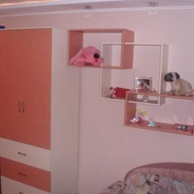 Мягкие игрушки на полке в спальне девочки