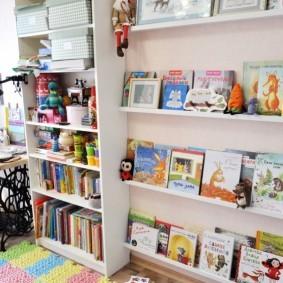 Книжные полки в комнате мальчика