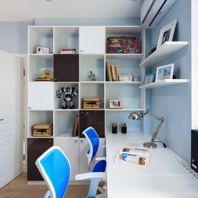 Рабочий стол вдоль окна детской комнаты