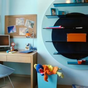 Компьютерный стол в голубой комнате