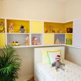 Желтые полки комбинированной конструкции