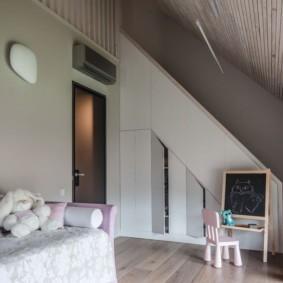 Наклонный потолок в детской комнате